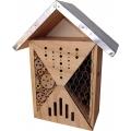 Ci sono insetti fastidiosi (e potenzialmente pericolosi per l'uomo) come le zanzare, ma esistono anche insetti simpatici e molto utili al nostro giardino e al nostro orto come le coccinelle, i bombi, le farfalle e le api solitarie. Questa casetta offre loro un rifugio sicuro e confortevole.